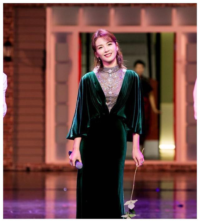 刘涛真是美人胚子,一袭绿丝绒长裙配公主卷发,42岁美回24岁