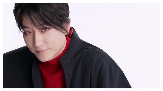 黄轩大片挑战红色眼妆,网友直呼认不出_娱乐频道_东方资讯