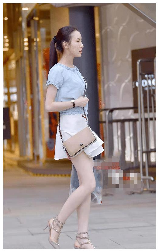 浅蓝色上衣搭配白色百褶裙,尽显俏皮优雅风范