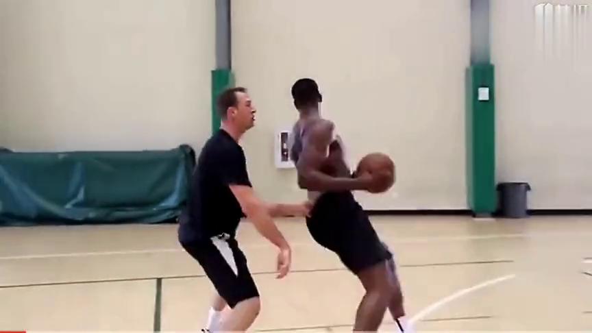 特里斯坦汤普森疯狂训练,新赛季势必要当回前场篮板曼巴