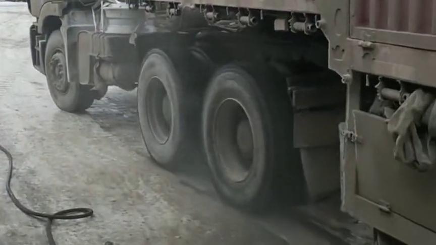 路面结冰严重打滑,轮胎都冒烟了,司机师傅简直太不容易了
