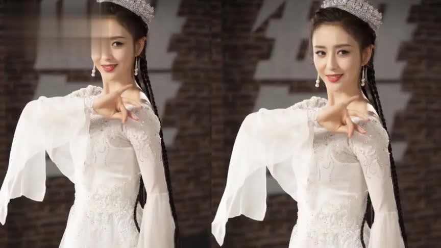 佟丽娅穿白裙翩翩起舞,身姿婀娜仙气飘飘,一跃舞步风姿绰约