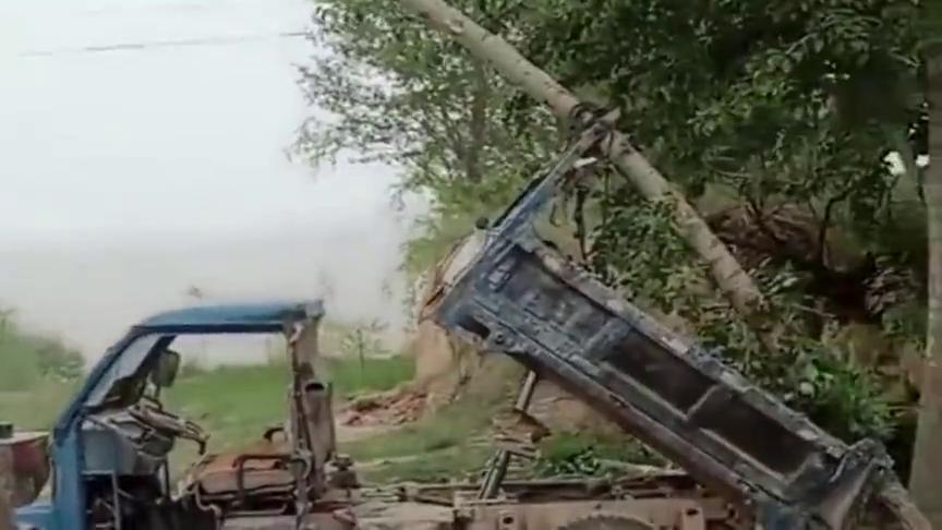铲车师傅要哭了,自己遮风挡雨的地方,被一辆三轮拆了!