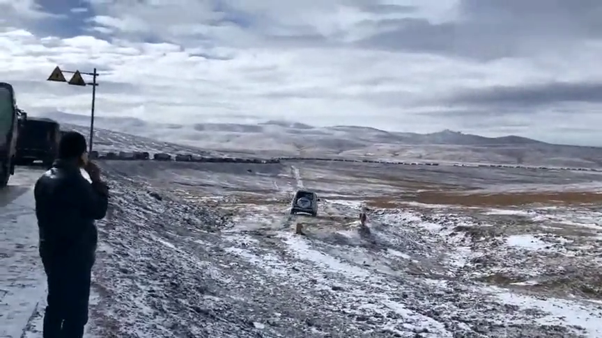 越野车就该这样,山口路面结冰,堵了几公里,堵不住帕杰罗的狂野