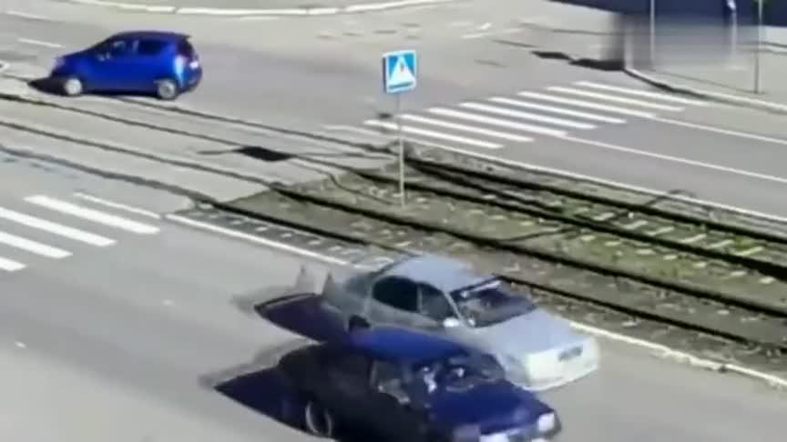 女司机将轿车开进铁轨,真替她着急