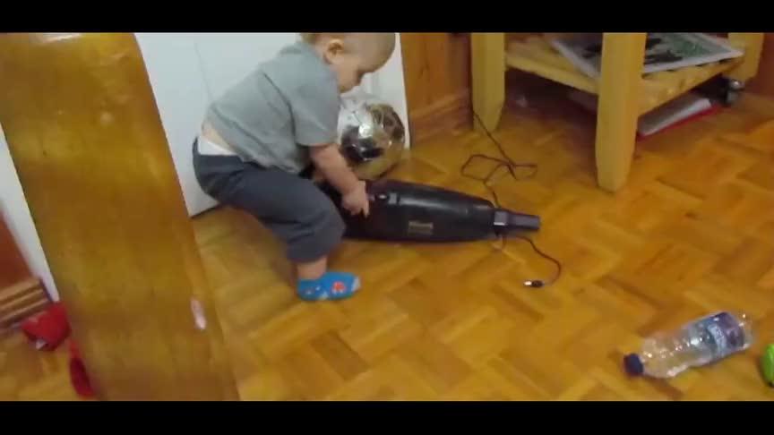 宝宝玩吸尘器一不小心按了开关,瞬间被这声响吓逃跑大哭求救!