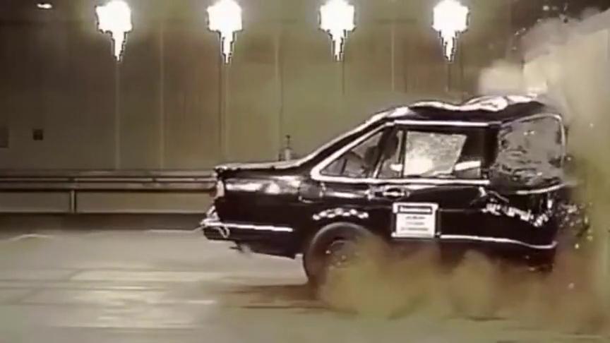 视频:汽车碰撞测试:碰撞测试为啥64kmh?当年桑塔纳时速100碰撞测试!
