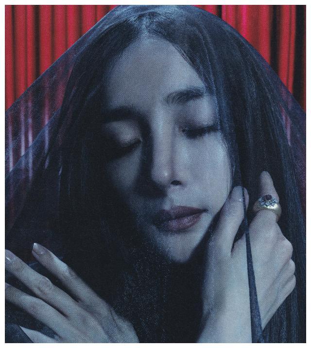 杨幂最新杂志大片来了!黑长直配上烟熏妆,展现另类复古时尚魅力