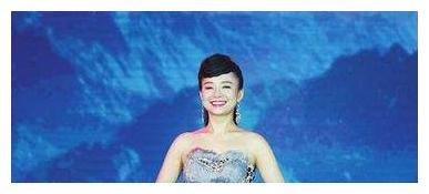 她是星光大道年度总冠军,双目失明靠唱歌走红,现已结婚幸福美满