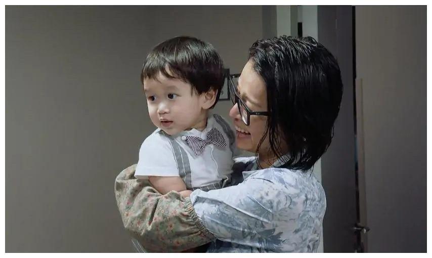 演员:胡杏儿携子录综艺,宝妈演员两不误,努力的背后是个可怜人