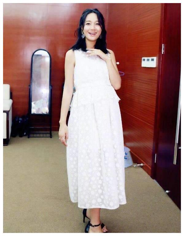 朱丹二胎怀孕后频晒照,穿印花裙比孕前更美,又是一枚时尚辣妈