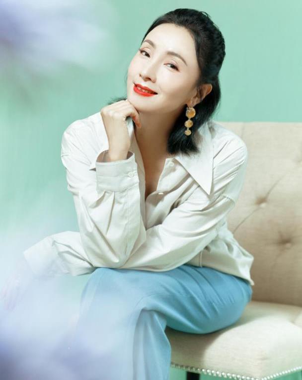 岁月从不败美人,48岁陶虹开启逆生长,白蓝色搭配减龄又显气质