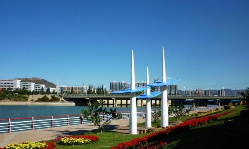 河北没通高铁的城市,有塞外明珠的美誉,毗连北京还拥有机场
