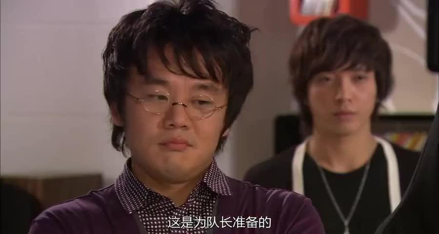 泰京回到公寓的时发现,大家都在祝福他谈恋爱,美男还是里面