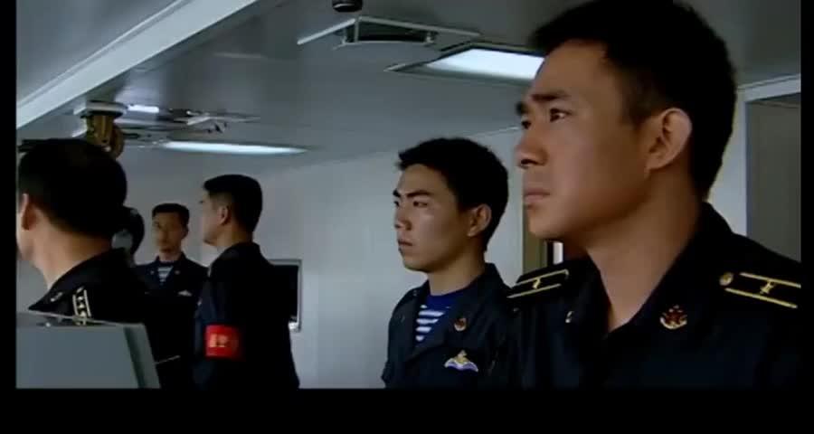 海上飘着不明物体,副舰长以为是浮标,怎料舰长一看果断下令开炮