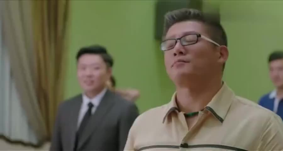 大老板炫耀自己的娇妻漂亮,没想到同学是搞整形的,当场拆穿