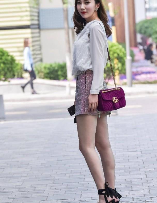 纯白色修身上衣搭配粉色亮片A字裙,款式简约又大方,超时髦