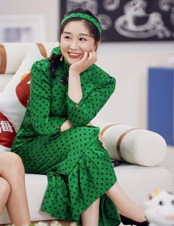"""""""旗袍+发带""""原来这么时髦,傅首尔都上头了,娇俏减龄又优雅!"""