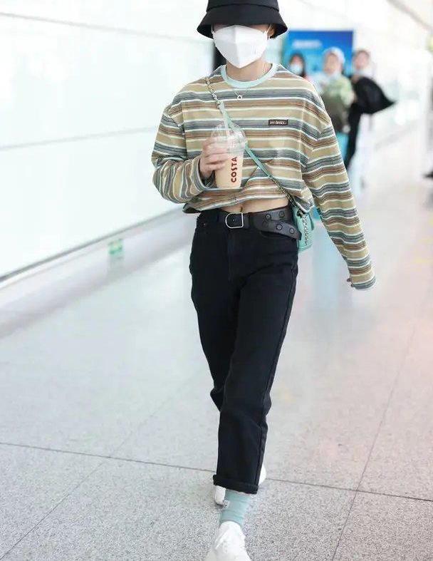 张子枫针织条纹搭配黑色工装裤,学生气十足,尽显青春活力