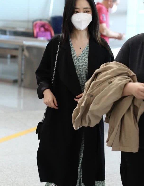 """谭松韵的时尚我不懂!穿黑色大衣配条""""奶奶碎花裙"""",显老又显矮"""