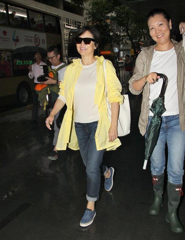 林青霞老了很优雅,打扮的也很时髦,穿牛仔裤还露脚踝!
