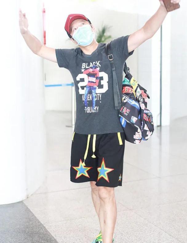 54岁蔡国庆活力满满,运动短裤造型减龄时髦,看起来像30岁