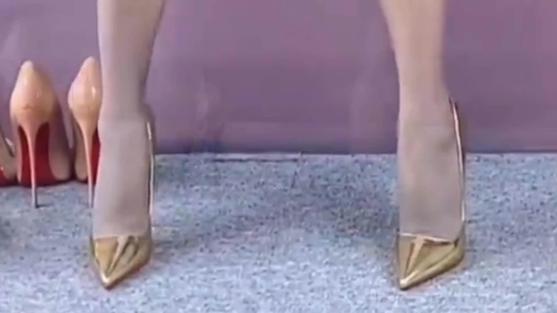 美女穿搭:金色红底尖头细高跟鞋,跟高12厘米