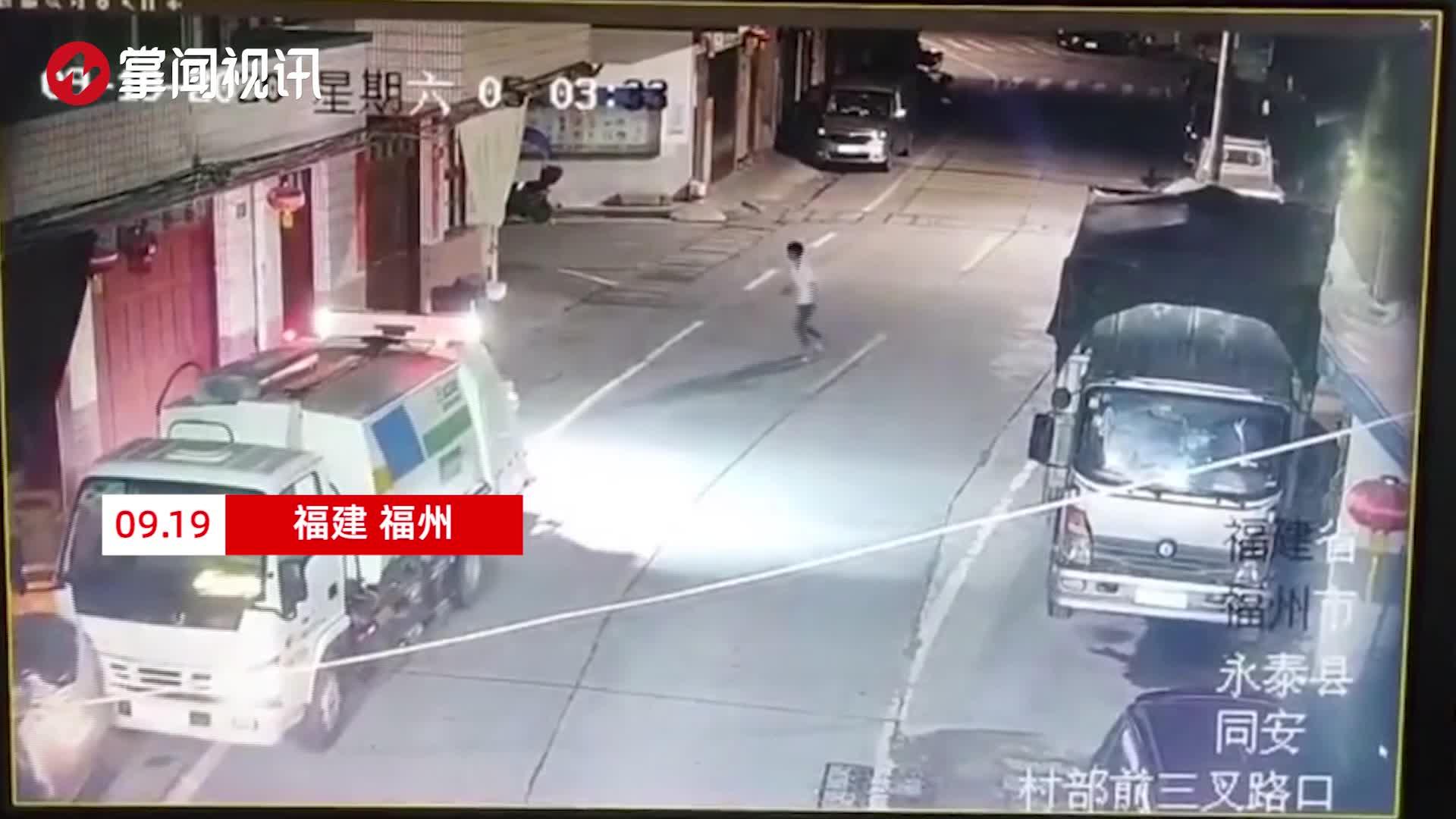 小孩偷开环卫车撞上路边三轮 撞击前跳车自保险遭车轮碾压