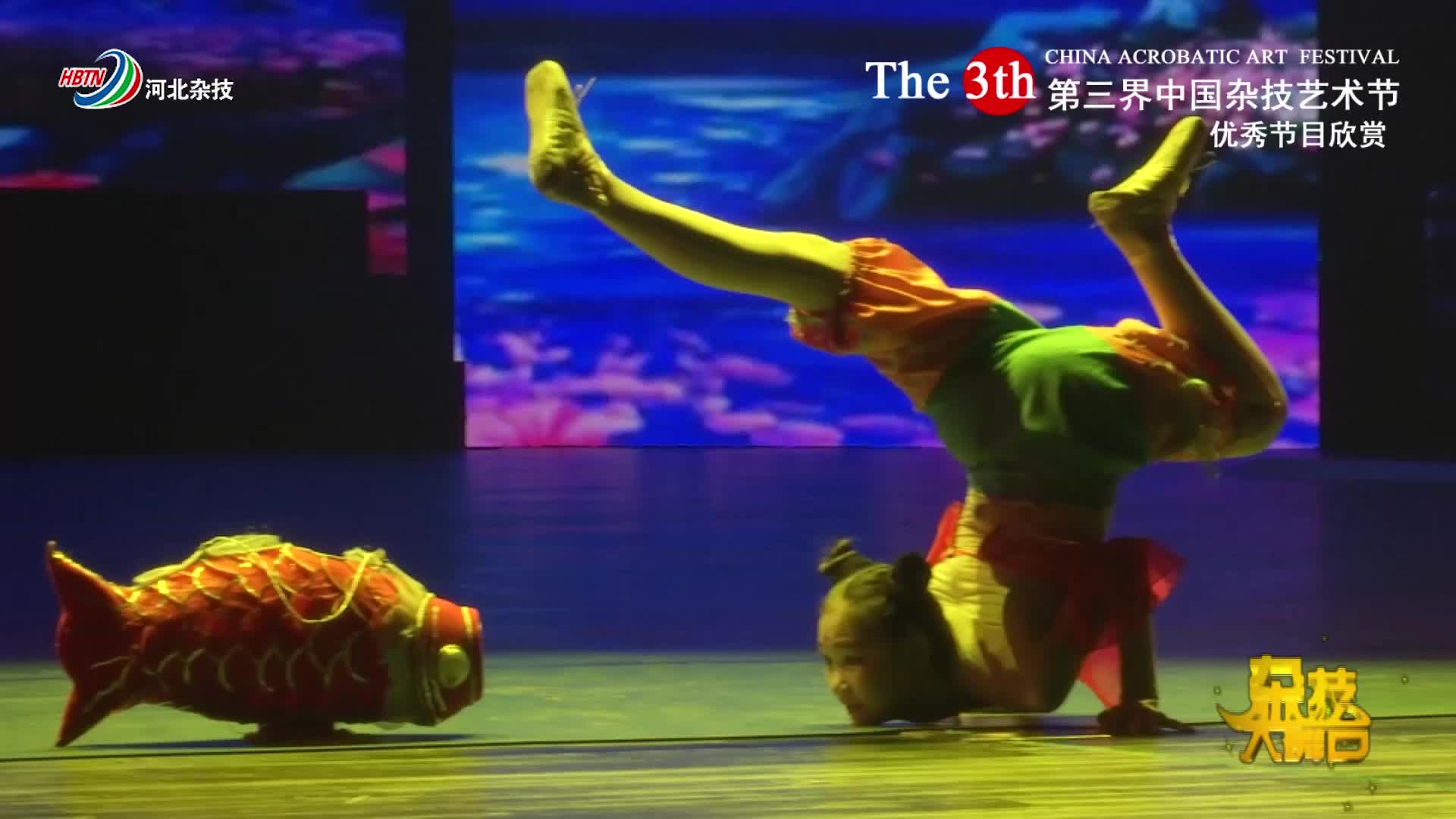 """姑娘用柔功来演""""鲤鱼舞"""",在地上折叠,腰肢360度旋转!"""