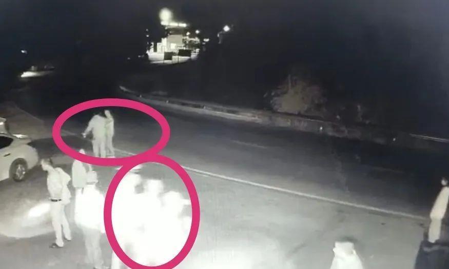 四川泸州这个人假装路过,竟然敢偷袭警察!