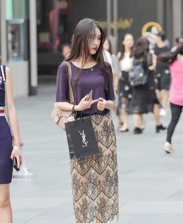 """时尚街拍美女手持""""杨树林"""",下身半透明复古裙,别样的美"""