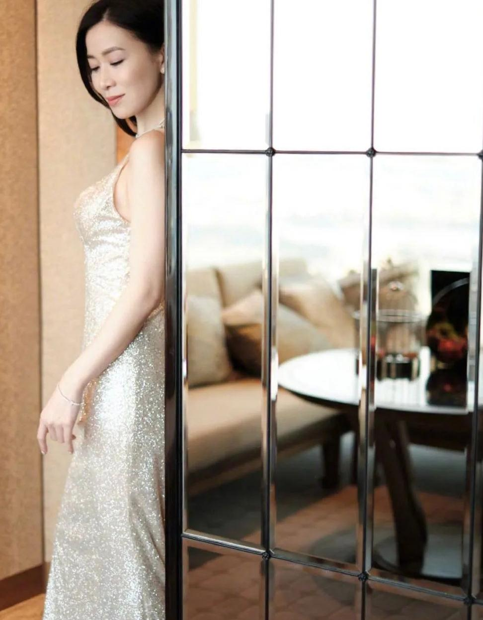 44岁佘诗曼真迷人!银河露背连衣裙秀婀娜身材,不比20岁姑娘差