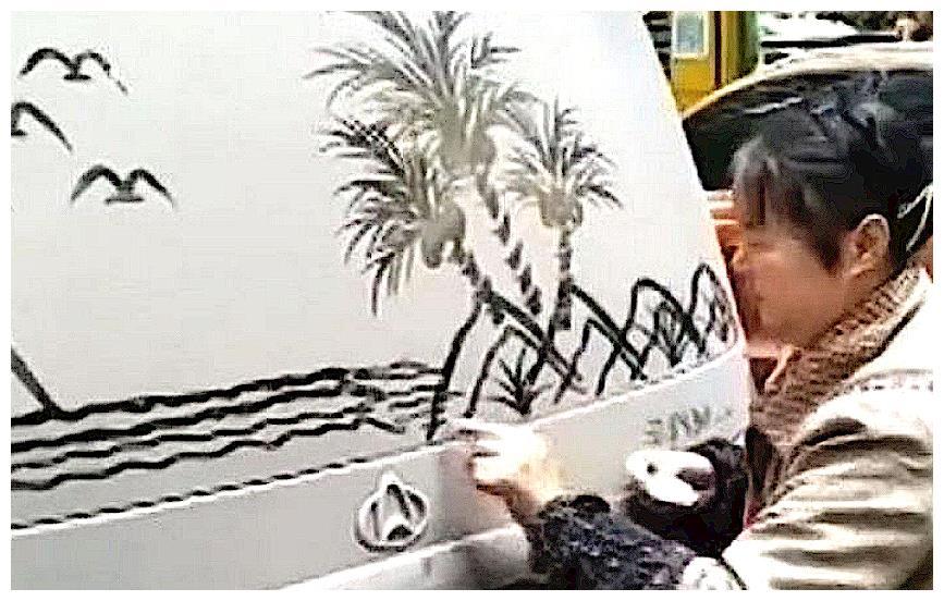 不能小瞧的中国大妈,面包车上作画,车主都不愿洗车了