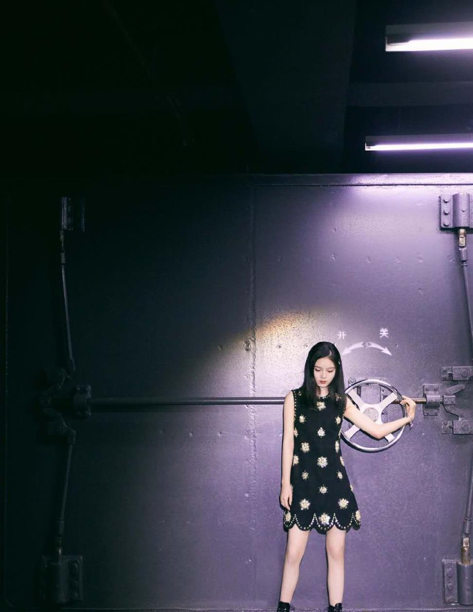 赵今麦身穿黑色无袖裙搭配马丁靴打破常规,复古少女感中增添酷味