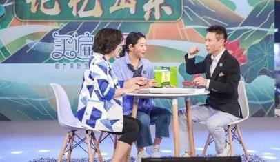 54岁鞠萍好富态,印花裙搭平底鞋优雅接地气,微胖妈妈照穿显瘦