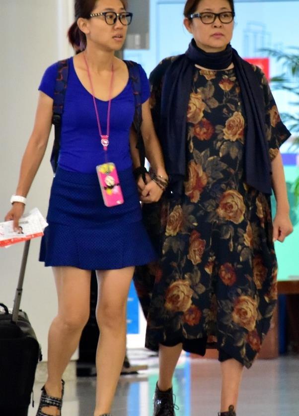 61岁倪萍气质不减,穿奶奶风连衣裙搭围巾,造型时髦还有型