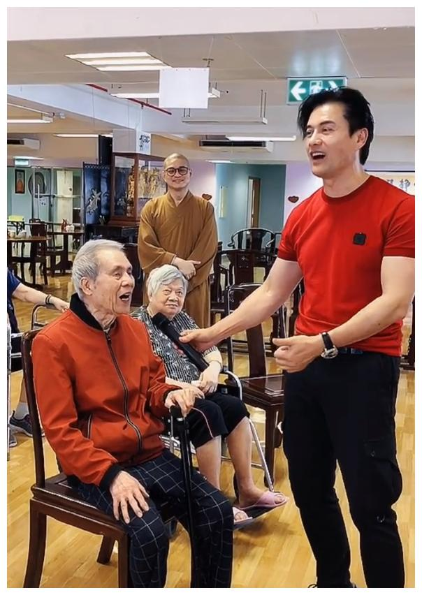 64岁吕良伟依旧帅气有型,很羡慕这身材和发量,这状态实在很好