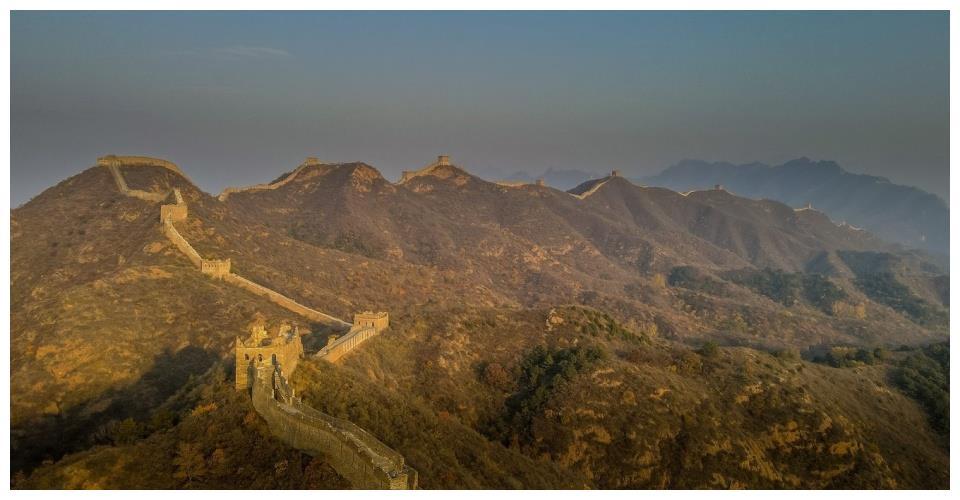 承德自驾游,日落余晖下的金山岭长城,山际线非常迷人