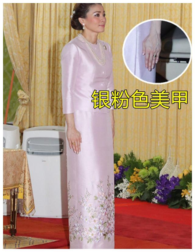 42岁苏提达从头到脚的精致,涂上银色指甲油,配桃花刺绣裙太美!
