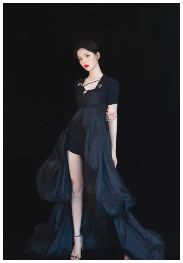 """女团解散后放飞自我?杨超越拿""""降落伞""""当裙穿,秀出的腿少有"""