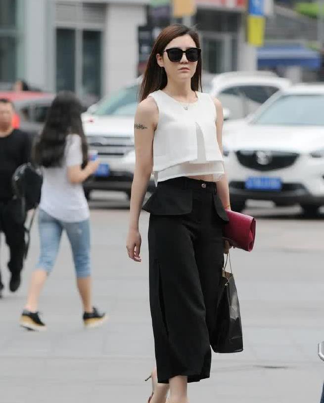 街拍:小姐姐白色丝绸上衣搭黑色阔腿裤,经典穿搭