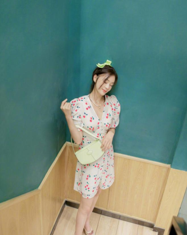 33岁袁姗姗怎么嫩回18岁?穿樱桃碎花裙满脸稚嫩,少女身材也绝了