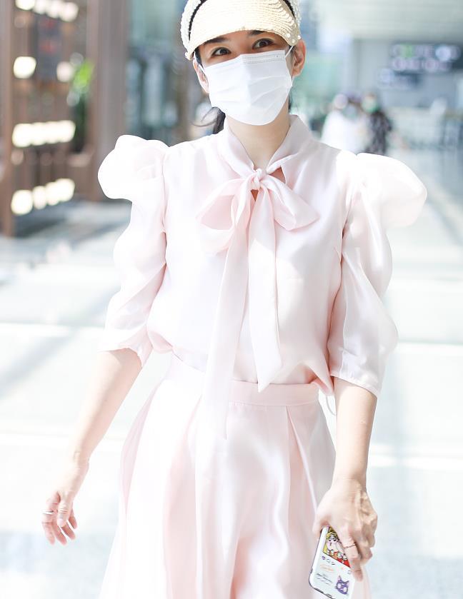 黄奕粉色泡泡袖衬衣搭配半裙 Hogan球鞋甜美轻松