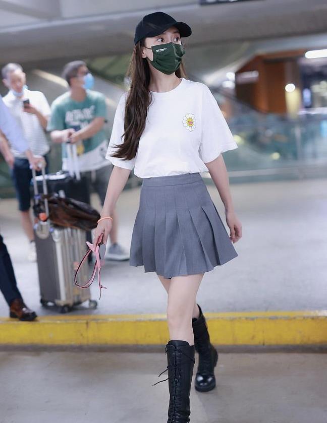 杨颖真不像当妈的,穿印花T配百褶短裙俏皮减龄,看着像18岁