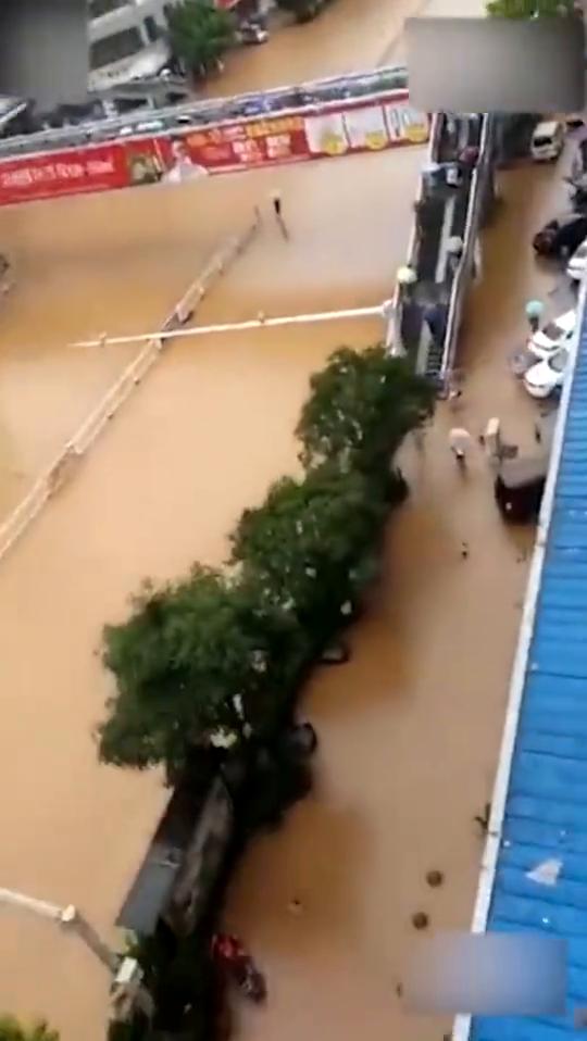 铜仁各地因暴雨洪流成河马路上汽车直接被冲走
