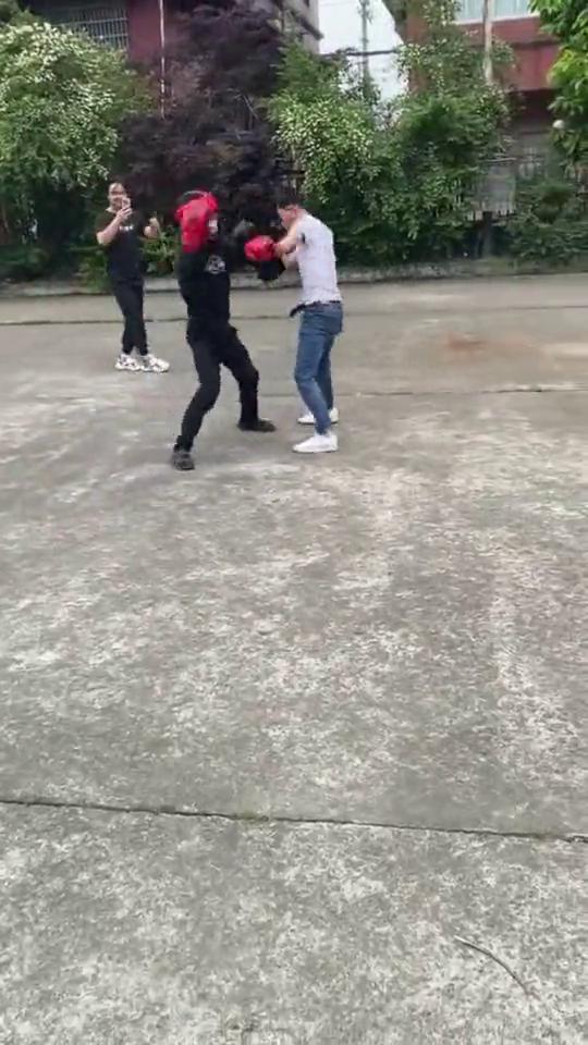 王八拳vs业余选手,后者一记右勾拳,跟李连杰学的吧!