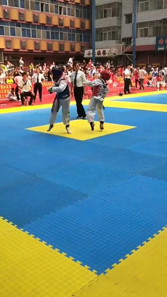 跆拳道实战比赛种,很难看到的高难度动作,后旋踢直接击倒对手