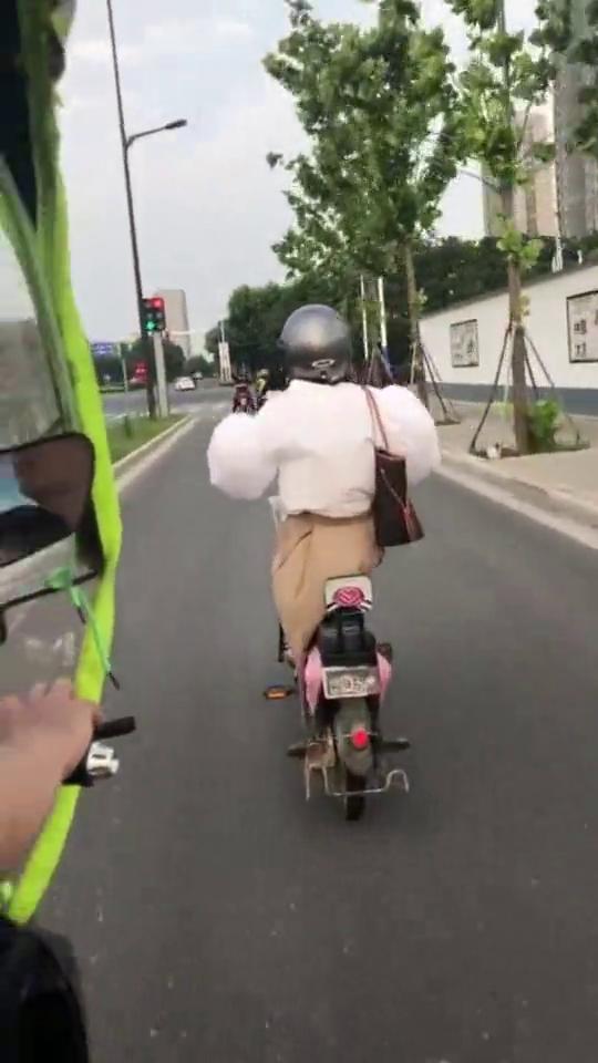 这就是我们女孩子穿泡泡袖骑电瓶车的样子,好像铠甲勇士啊