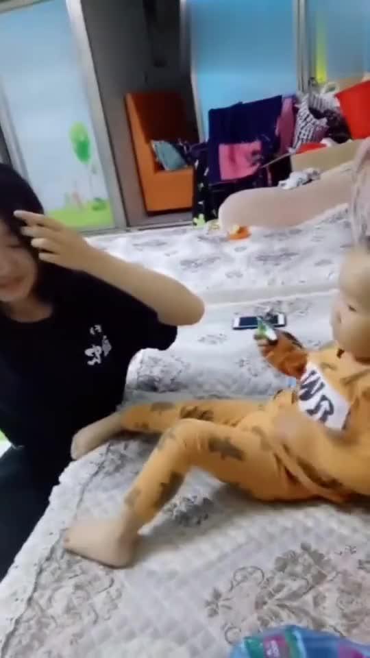 姐姐一回家,就想和弟弟玩,可看到弟弟的反应,这小舅子飘了!