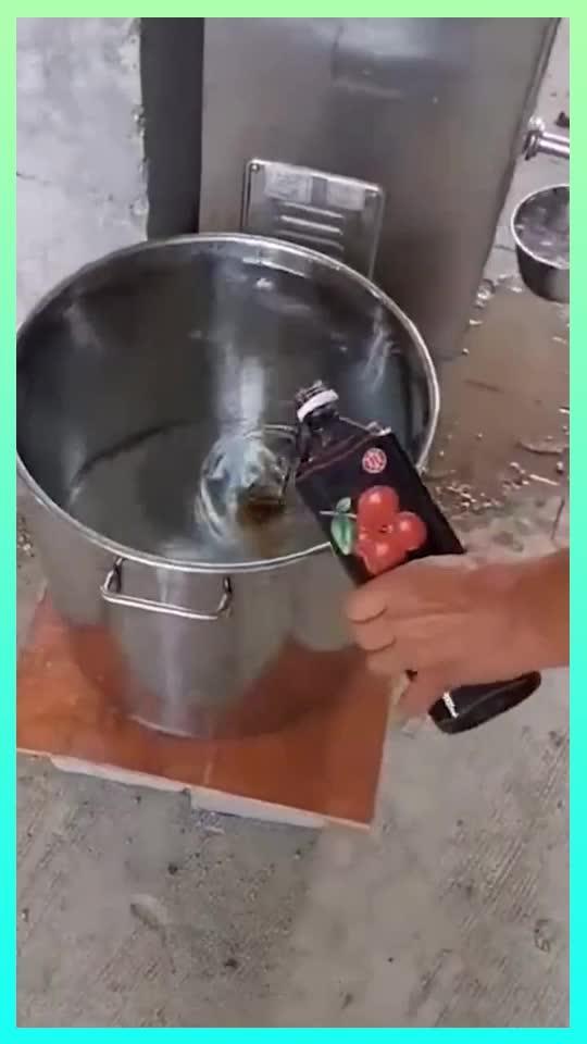 黑心商家制作酸梅汤一大桶水兑一瓶色素这能给人喝吗